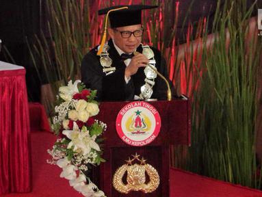 Kapolri Jenderal Tito Karnavian menyampaikan pidato pada pengukuhan sebagai guru besar untuk studi strategis kajian kontra terorisme di Sekolah Tinggi Ilmu Kepolisian Perguruan Tinggi Ilmu Kepolisian, Jakarta, Kamis (26/10). (Liputan6.com/Faizal Fanani)