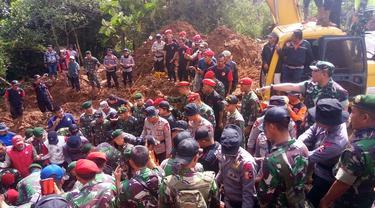 Petugas menemukan korban longsor di Kecamatan Cijeruk, Bogor (Liputan6.com/Achmad Sudarno)