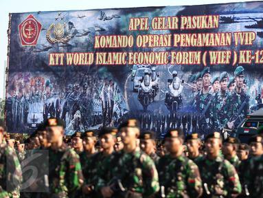 Sejumlah pasukan TNI-Polri bersiap mengikuti upacara gelar pasukan di Jakarta, Kamis (28/7). Sebanyak 10.150 personel TNI dikerahkan untuk pengamanan KTT Luar Biasa World Islamic Economic Forum (WIEF) ke-12 pada 2-4 Agustus. (Liputan6.com/Faizal Fanani)