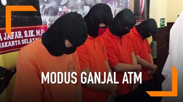Polres Metro Jakarta Selatan mengungkap kejahatan komplotan yang melakukan aksi ganjal ATM di mini market.
