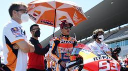 Si Bayi Alien tak kuasa menahan air mata usai balapan MotoGP Portugal 2021 yang digelar di Sirkuit Algarve, Portimao. Ia menangis karena terharu setelah mendapatkan aplaus dari seluruh kru Tim Repsol Honda. (Photo by PATRICIA DE MELO MOREIRA / AFP)