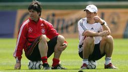 Pada Juli 2006 selepas Piala Dunia, Jurgen Klinsmann menolak memperpanjang kontrak dengan Timnas Jerman dan secara otomatis Joachim Loew naik pangkat menjadi pelatih utama Timnas Jerman menggantikan Jurgen Klinsmann. (AFP/Oliver Lang)