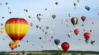 Festival balAda beberapa balon berbentuk seperti botol sampanye, 3 di antaranya dihiasi dengan bendera  Lorraine.