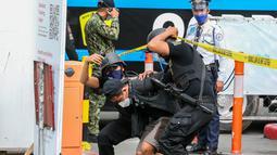 Polisi menangkap laki-laki yang berperan sebagai pengebom dalam simulasi antiterorisme di Quezon City, Filipina, 15 Desember 2020. Kepolisian Nasional Filipina menggelar latihan untuk menunjukkan kemampuan dalam memastikan keselamatan masyarakat pada musim liburan mendatang. (Xinhua/Rouelle Umali)