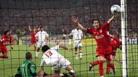 Luis Garcia (kanan) gelandang serang Liverpool merayakan gol ketiga yang dicetak Xabi Alonso saat melawan AC Milan di final Liga Champions 2005 di Istanbul Turki. (AP/Thomas Kienzle)