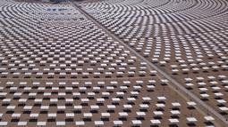Pemandangan pembangkit listrik tenaga surya di Dunhuang, Provinsi Gansu, China, Minggu (2/9). Panel-panel surya dipasang di hamparan tanah yang disusun menjadi seperti sebuah peternakan penangkap sinar matahari. (STR/AFP)