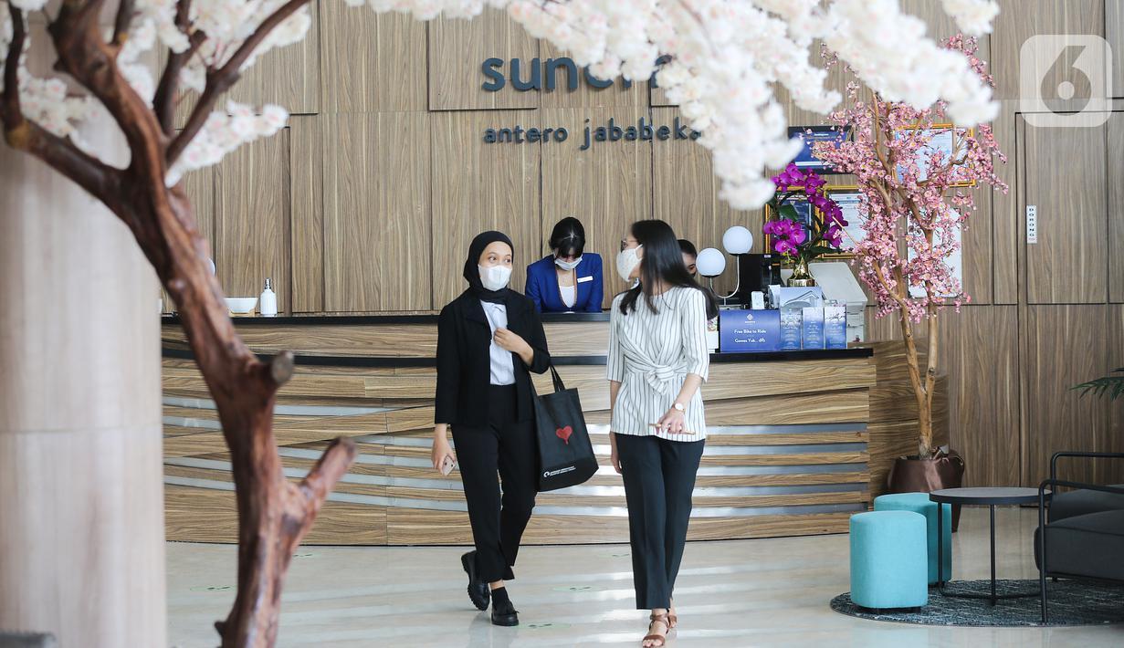 Pengunjung melintas di lobby Sunerra Hotels, Jababeka Bekasi, Rabu (02/6/2021). RedDoorz memperkenalkan hotel premium pertamanya, Sunerra Hotels, untuk memperluas portofolio layanan perhotelan bertaraf internasional dengan sentuhan lokal. (Liputan6.com/Fery Pradolo)