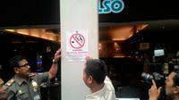 Petugas menyidak kawasan larangan merokok di beberapa mal kawasan Jakarta Selatan. (Liputan6.com/Ahmad Romadoni)