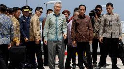 Presiden RI, Joko Widodo bersama PM Singapura Lee Hsien Loong saat mengunjungi Marina Bay Cruise Center dalam peringatan 50 tahun hubungan bilateral Indonesia dan Singapura di Singapura, Kamis (7/9). (AP Photo / Wong Maye-E)