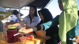 Petugas BPOM Gorontalo memeriksa makanan berbuka puasa atau takjil saat melakukan inspeksi di sejumlah tempat di Kabupaten Gorontalo, Selasa (14/5/2019). BPOM Gorontalo melakukan pemeriksaan terhadap 23 sampel makanan. (Liputan6.com/Arfandi Ibrahim)