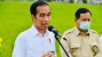 """Presiden Joko Widodo didampingi Menhan Prabowo Subianto memberikan keterangan saat meninjau lahan yang akan dijadikan """"Food Estate"""" atau lumbung pangan baru di Pulang Pisau, Kalimantan Tengah, Kamis (9/7/2020). (Foto:Biro Pers Sekretariat Presiden)"""