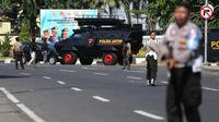 Aparat kepolisian menutup jalan setelah serangan bom bunuh diri di Polrestabes Surabaya, Jawa Timur, Senin (14/5). Seluruh akses menuju Mapolrestabes ditutup total dan tiap jalur dijaga petugas kepolisian bersenjata laras panjang. (AP/Achmad Ibrahim)