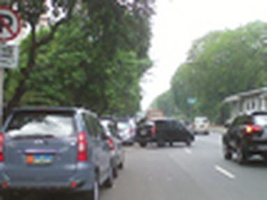 Citizen6, Jakarta Barat: Sudah jelas terlihat rambu dilarang parkir namun beberapa mobil masih terparkir di depan kampus Trisakti, Grogol, Jakarta Barat. (Pengirim: Hendy)