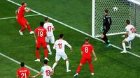 Pemain Inggris, Harry Kane (kiri) saat mencetak gol ke gawang Tunisia dalam penyisihan Grup G Piala Dunia 2018 di Volgograd Arena, Volgograd, Rusia, Senin (18/6). (AP Photo/Rebecca Blackwell)