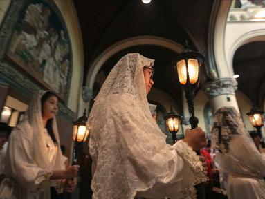 Umat Kristen Katolik mengikuti prosesi Misa Pontifikal Natal di Gereja Katedral, Jakarta, Senin (25/12). Ribuan umat Katolik hari ini mengikuti misa Natal pontifikal di Gereja Katedral, Jakarta Pusat. (Liputan6.com/Faizal Fanani)
