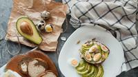 Ilustrasi sarapan dengan roti dan alpukat. Photo by Kate Hliznitsova on Unsplash