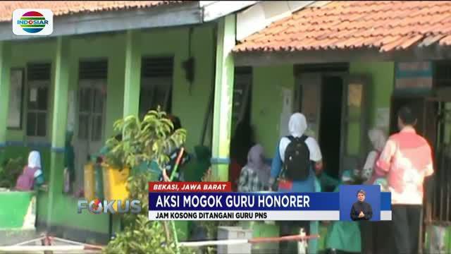 Memasuki hari keempat aksi mogok mengajar guru honorer, sejumlah personel polisi dari Polres Blitar diterjunkan ke sekolah-sekolah di Kabupaten Blitar, Jawa Timur, untuk menggantikan guru yang tidak masuk.