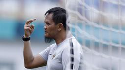 Pelatih kiper Timnas Indonesia, Kurnia Sandy, saat sesi latihan di Stadion Wibawa Mukti, Jawa Barat, Minggu (4/11). Latihan ini merupakan persiapan jelang Piala AFF 2018. (Bola.com/M Iqbal Ichsan)