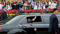 Pemimpin Korea Utara, Kim Jong-un melambaikan tangan dari dalam mobil setibanya di Stasiun Dong Dang, Lang Son, Vietnam, Selasa (26/2). Para pengawal mengiringi mobil Mercedez Bens yang membawa Kim menuju Hanoi sejauh sekitar 170 km. (AP/Minh Hoang)