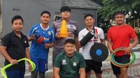 Pelatih fisik Persis Solo, Budi Kurnia (bawah tengah), bersama anak didiknya dalam program privat sambil berdonasi di kampung halamannya Tasikmalaya. (Bola.com/Vincentius Atmaja)
