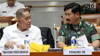 Menhan Ryamizard Ryacudu (dua kiri) dan Panglima TNI Marsekal Hadi Tjahjanto (dua kanan) berbincang saat mengikuti rapat kerja dengan Komisi I DPR di Kompleks Parlemen, Jakarta, Rabu (19/6/2019). (Liputan6.com/JohanTallo)