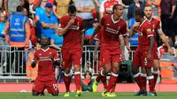 Penyerang Liverpool, Sadio Mane (kiri) melakukan selebrasi usai mencetak gol ke gawang Arsenal pada lanjutan Liga Inggris di Anfield, Liverpool, Inggris (27/8). Liverpool menang atas Arsenal dengan skor 4-0. (Peter Byrne/PA via AP)