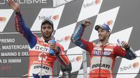 Dua pebalap Italia, Danilo Petrucci (kiri) dan Andrea Dovizioso yang menjadi pesaing Marquez pada pada balapan MotoGP San Mariono di Sikuit Marco Simoncelli, Misano Adriatico, Italia (10/9/2017). (AP/Antonio Calanni)