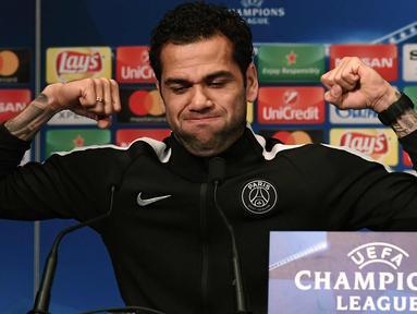 Bek Paris Saint-Germain Dani Alves saat konferensi pers di stadion Parc des Princes di Paris (4/3). PSG akan bertanding pada leg kedua babak 16 besar Liga Champions melawan tim Spanyol, Real Madrid di Prancis. (AFP Photo/Franck Fife)