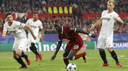 Gelandang Liverpool, Sadio Mane, menggiring bola saat melawan Sevilla pada laga Liga Champions di Stadion Ramon Sanchez Pizjuan, Sevilla, Selasa (21/11/2017). Kedua klub bermain imbang 3-3. (AP/Miguel Morenatti)