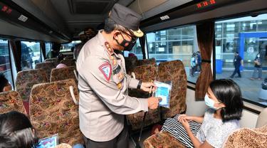 Kakorlantas Irjen Istiono mengecek kesiapan penerima protokol kesehatan dalam Pemberlakuan Pembatasan Kegiatan Masyarakat (PPKM) Mikro yang mulai berlaku 9-22 Februari 2021 di Terminal Pulogebang, Jakarta Timur. (Istimewa)