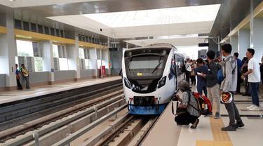 Kereta api ringan atau light rail trainset (LRT) Palembang, Sumatera Selatan resmi beroperasi secara komersial mulai hari ini,  Rabu (1/8/2018).  (Nurseffi/Liputan6.com)
