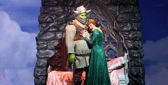 Pagelaran Shrek The Musical pada hari pertama berlangsung meriah. Hampir semua kursi terisi oleh penonton yang didominasi oleh orangtua beserta buah hatinya. (Andy Masela/Bintang.com)