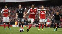 Proses terjadinya gol penalti Arsenal yang dicetak Santi Cazorla ke gawang Southampton. Kemenangan Arsenal baru terwujud pada babak injury time melalui gol penalti Santi Cazorla. (Reuters/Dylan Martinez)