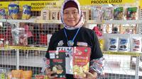 Dewi Hidayati, owner Satria Food, memamerkan produk unggulannya, cemilan sehat berupa kripik salak. (Foto: Liputan6.com/Galoeh Widura)