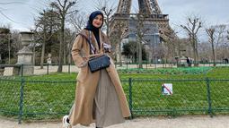 Penampilan istri dari Teuku Wisnu ini saat berkunjung ke kota Paris juga terlihat sederhana. Dirinya pun memilih menggunakan busana dengan dominan warna coklat dan detail hitam pada hijab dan tas yang dikenakan. (Liputan6.com/IG/@shireensungkar)