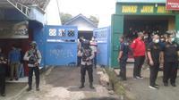 Polisi menggerebek lokasi persembunyian terduga teroris di Bekasi, Senin (29/3/2021). ( Foto: istimewa)