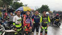 Doni Tata bersama pembalap Jepang yang berlatih dengannya. (Istimewa)
