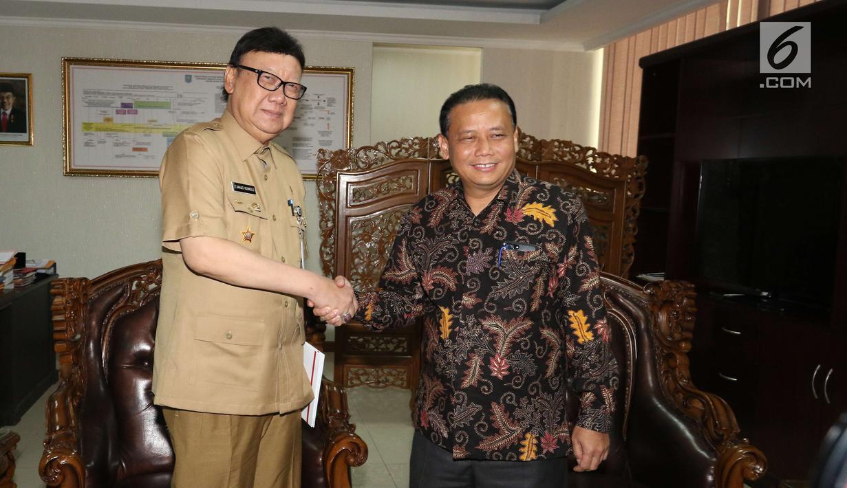 Menteri Dalam Negeri (Mendagri), Tjahjo Kumolo bersalaman dengan ketua Bawaslu, Abhan saat kunjungannya ke kantor Badan Pengawas Pemilu (Bawaslu), Jakarta, Selasa (9/1). (Liputan6.com/Angga Yuniar)