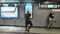 Sejumlah demonstran bertopeng merusak Stasiun Diamond Hill di Distrik Kowloon, Hong Kong, Senin (7/10/2019). Eskalasi kerusuhan di Hong Kong semakin membesar setelah pemerintah mengeluarkan larangan demonstrasi menggunakan masker atau UU Antitopeng. (Philip FONG/AFP)