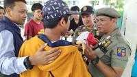 Petugas Gabungan Menggelar Razia Pelajar di Stasiun Bogor pada Senin (30/9/2019). Razia ini Digelar untuk Mengantisipasi Para Pelajar Ikut Berunjuk Rasa di Depan Gedung DPR/MPR, Jakarta. (Foto: Achmad Sudarno/Liputan6.com)