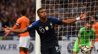 Gelandang Prancis, Kylian Mbappe, merayakan gol yang dicetaknya ke gawang Belanda pada laga UEFA Nations League di Stade de France, Paris, Minggu (9/9/2018). Prancis menang 2-1 atas Belanda. (AFP/Anne-Christine Poujoulat)
