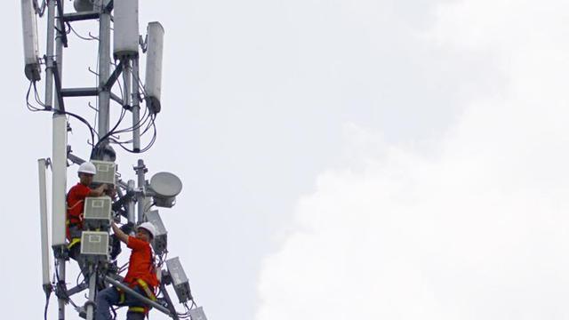 Petugas teknisi Telkomsel sedang melakukan pengecekan perangkat BTS.