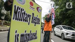 Massa yang tergabung dalam KSBSI membawa poster saat aksi solidaritas di depan Kedubes Myanmar, Jakarta, Rabu (10/3/2021). Dalam aksi solidaritas tersebut massa mengutuk keras atas kudeta militer dan mendesak penegakan demokrasi serta perlindungan HAM di Myanmar. (Liputan6.com/Faizal Fanani)