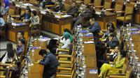 Sejumlah anggota DPR mengikuti sidang paripurna, Jakarta (20/5/2015). Dalam paripurna tersebut Menkeu menjanjikan pemangkasan defisit fiskal ke kisaran 1,7-2,1 persen dari PDB pada tahun depan. (Liputan6.com/Andrian M Tunay)