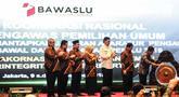 Wakil Presiden Jusuf Kalla didampingi pimpinan Badan Pengawas Pemilu RI dan Menteri Dalam Negeri, Tjahjo Kumolo membuka Rapat Koordinasi Nasional (Rakornas) Bawaslu di kawasan Ancol, Jakarta, Senin (10/12). (Liputan6.com/Faizal Fanani)