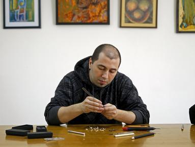 Jasenko Djordjevic berkonsentrasi mengukir pensil untuk membuat karya seni yang menakjubkan di Tuzla, Bosnia dan Herzegovina, Selasa (26/4). Djordjevic memiliki keterampilan yang luar biasa ini secara otodidak. (REUTERS / Dado Ruvic)