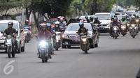 Sejumlah kendaraan melintas di Jalan TB Simatupang, Jakarta, Senin (12/12). Dinas Perhubungan dan Transportasi Jaksel menyiagakan petugas di titik-titik rawan kemacetan untuk antisipasi penumpukan kendaraan saat arus balik. (Liputan6.com/Yoppy renato)