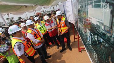 Menteri Perhubungan Budi Karya Sumadi (kedua kiri) melihat gambar proyek pembangunan East Connection, Project Runway atau landasan pacu, dan Apron Cargo di kawasan Bandara Soekarno – Hatta, Banten, Minggu (15/4). (Merdeka.com / Arie Basuki)