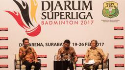 Direktur Djarum Superliga, Achmad Budiharto (kiri), menjawab pertanyaan saat jumpa pers di Hotel Kempinski, Jakarta, Rabu (11/1/2017). Liga bulutangkis ini total memperebutkan hadiah 250 ribu dollar AS. (Bola.com/Vitalis Yogi Trisna)