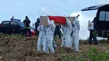 Pemakaman jenazah pasien covid-19 di Kota Kendari, Sabtu (18/4/2020).(Liputan6.com/Ahmad Akbar Fua)